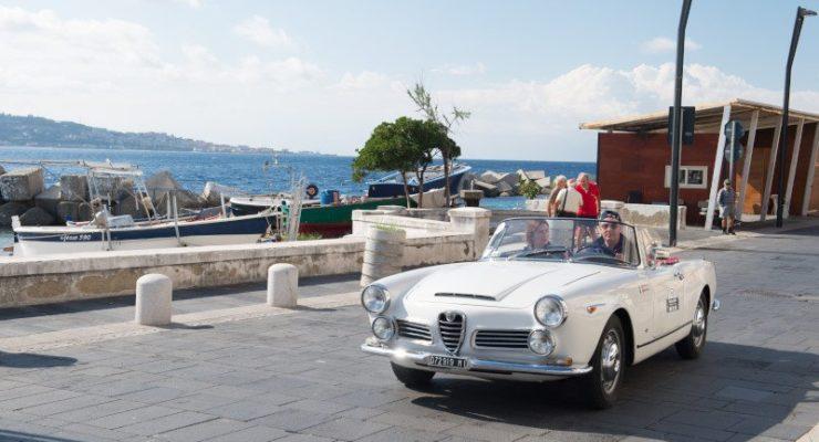Le auto storiche abbracciano l'Etna