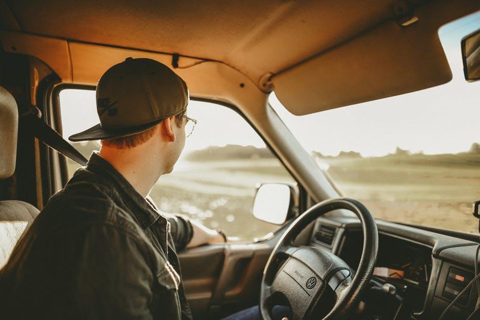 Giovani uomini al volante, pericolo costante!