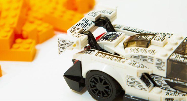 Una McLaren di mattoncini Lego a spasso per Londra